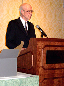 Ed Donley addresses EPLC\'s 2004 Awards Dinner after receiving the Education Policy Leadership Award.